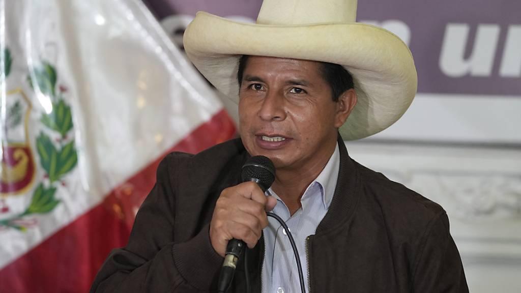 ARCHIV - Pedro Castillo, Präsidentschaftskandidat, spricht auf einer Pressekonferenz in seiner Wahlkampfzentrale. Foto: Martin Mejia/AP/dpa