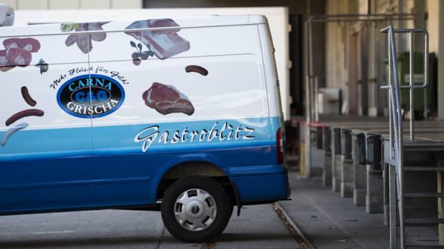 Ein Lieferwagen vor der Laderampe des Fleischhändlers Carna Grischa