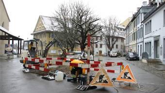 Bauarbeiten mitten in Baden: Auf dem Kirchplatz verlegen Arbeiter Glasfasern. PKR