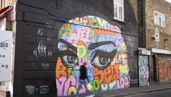 Ein kunstvolles Graffito entlang eines Street Art Pfads in Camden als Hommage an Amy Winehouse.