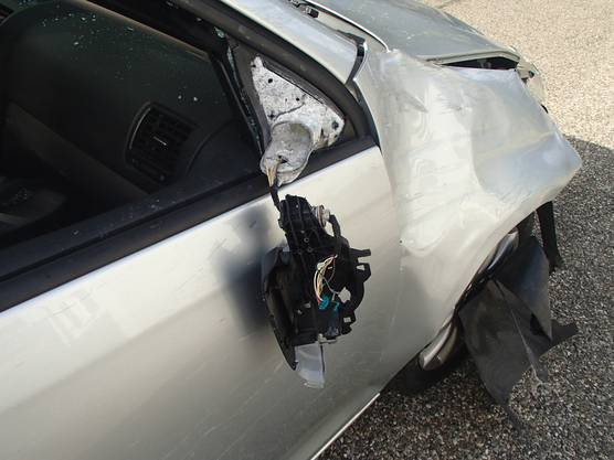 Der Fahrer blieb unverletzt. Am Fahrzeug sowie an der Autobahnanlage entstand ein Sachschaden in der Höhe von 20'000 Franken.