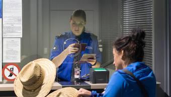 Der Zoll am Euro-Airport ist auf der Hut – nicht jeder Ausweis ist echt.