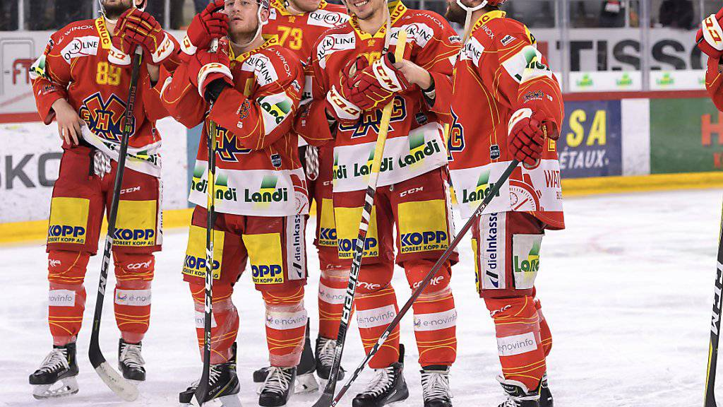Die Bieler Dominik Diem, Kevin Fey, Mike Künzle, Damien Brunner und Julian Schmutz (von links) freuen sich nach Spielende über ihren zweiten Sieg im zweiten Playoff-Halbfinal gegen Bern