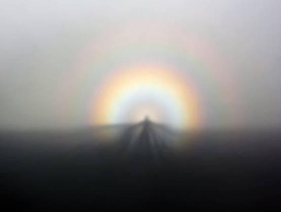 Der Schatten auf dem Nebel, genannt Brockengespenst, wird von der farbigen Glorie gekrönt. Bild: Brocken Inaglory / Wikipedia