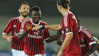 Milans Torschütze Sulley Muntary (m.) lässt sich feiern.