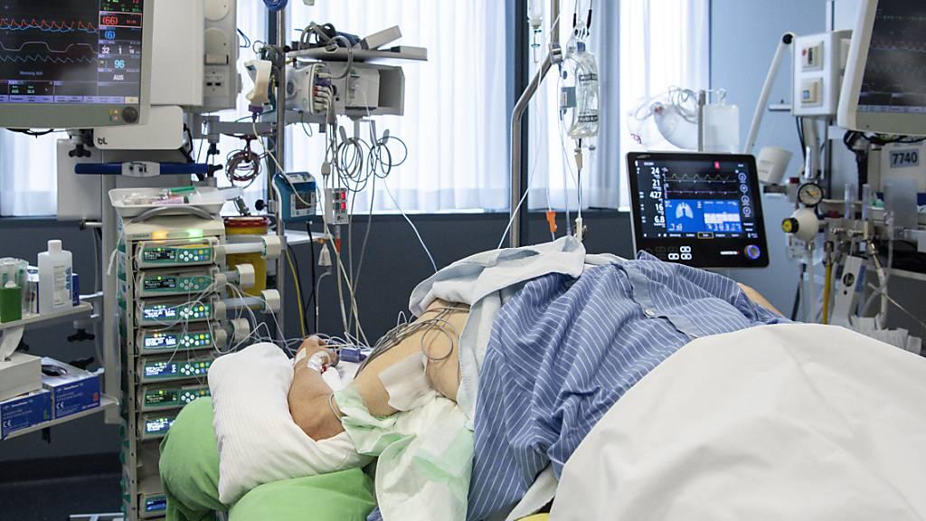 Die Intensivstationen befürchten wegen der starken Zunahme an Covid-19-Patienten eine weitere Zuspitzung der Lage. (Archivbild)