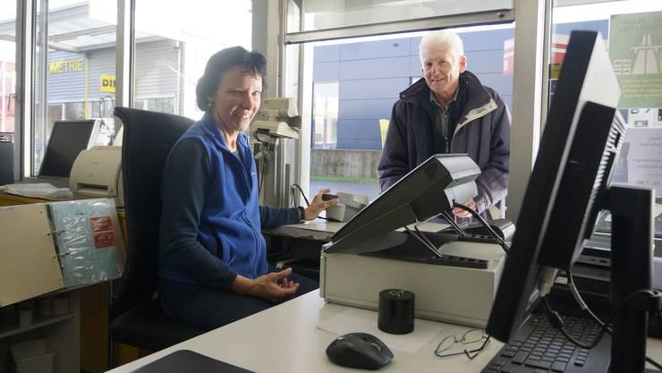Bei Wind und Wetter sitzen Heidi Urben und ihre Kolleginnen am Kassenfenster und bedienen Kunden.