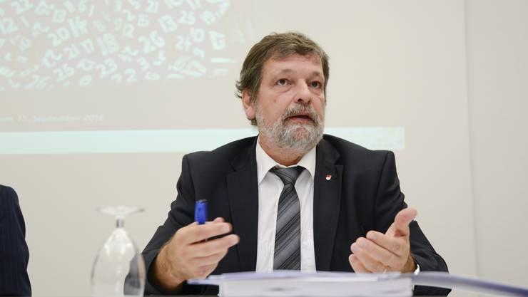 Roland Heim erklärte am Freitag die Pläne der Regierung. Die Kommunikation der letzten Monate stösst auf Kritik.