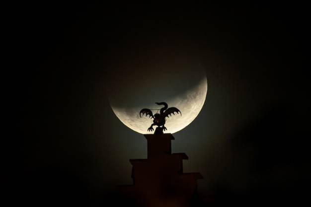 Mond versus Drache: Während der partiellen Mondfinsternis scheint der Drache auf Schloss Lenzburg gegen den Mond zu kämpfen.