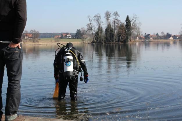 Sie suchen am Ufer nach den bedrohten Muscheln