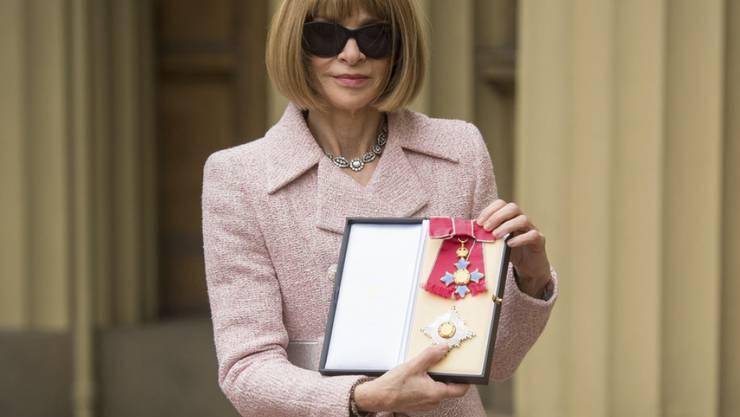 """In den wichtigsten Momenten ihres Lebens trug """"Vogue""""-Chefin Anna Wintour Mode von Karl Lagerfeld - so etwa, als sie 2017 von der Queen zur Dame geadelt wurde."""