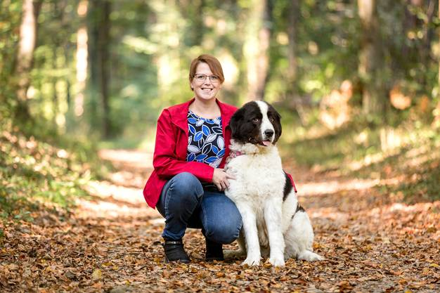 Doch sie braucht heute mehr Auszeiten – etwa mit ihrem Hund im Wald.
