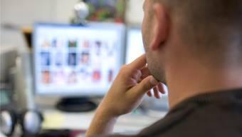 Ein Mitarbeiter der nationalen Koordinationsstelle zur Bekämpfung der Internet-Kriminalität (KOBIK) fahndet nach kinderpornografischen Inhalten im Web. (Archivbild)
