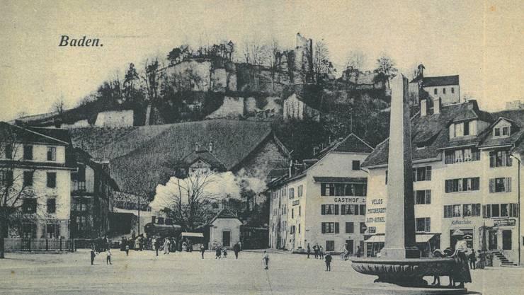 Als die Dampflok noch über den Platz fuhr und die Schiebebarrieren von Hand geschlossen wurden: Eine Postkarte von Baden um 1900. Der Gasthof zum Glas (rechts neben der Bahn) brannte 1960 ab, die Reben am Schlossberg wurden zu Bauland. Der Obeliskenbrunnen steht jetzt wieder an seinem Platz.