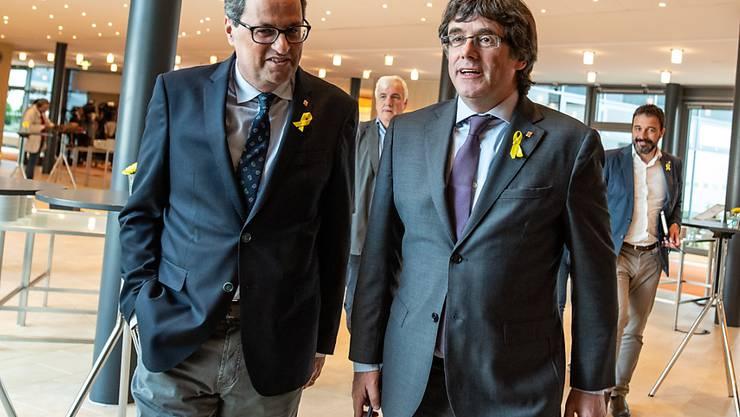 Carles Puigdemont (rechts), der frühere katalanische Regionalpräsident, und sein Nachfolger Quim Torra wollen Katalonien weiterhin auf einen von Spanien unabhängigen Weg führen. Die beiden haben am Montag eine neue separatistische Bewegung gegründet. (Archivbild)