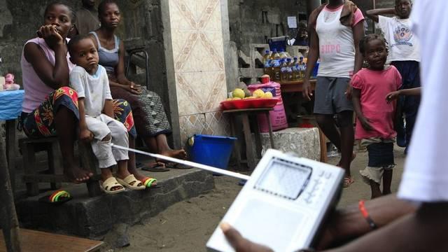 Anwohner Monrovias verfolgen die Verkündung der Wahlresultate am Radio