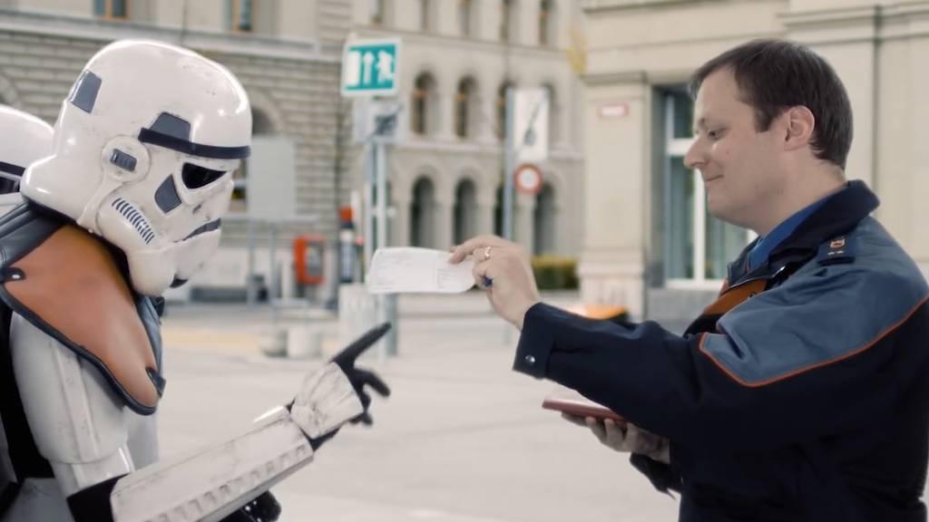 Ein Raumschiff auf dem Bundesplatz: Weihnachtsvideo der Kapo Bern geht viral