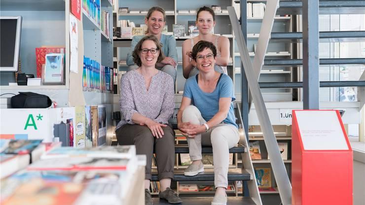 Ursina Boner, Angela Müller (vorne), Ursi Huber und Lehrtochter Nina Brutsche führen die Buchhandlung weiter.Mario Heller