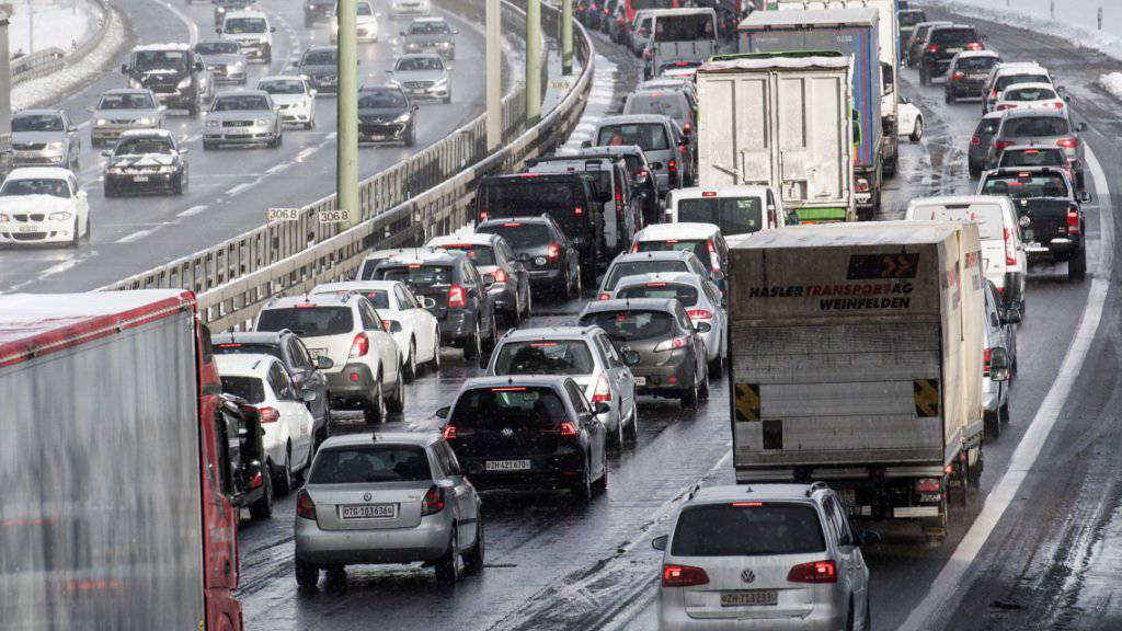 Der neue Fonds zur Finanzierung der Strassen soll dazu beitragen, dass Autofahrerinnen und Autofahrer weniger oft im Stau stecken.