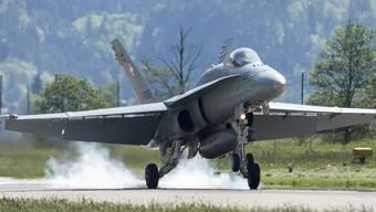 Eine F/A-18 der Schweizer Luftwaffe - ihren Lärm hörten sich Bundesverwaltungsrichter am Dienstag im Berner Oberland an. (Archivbild)