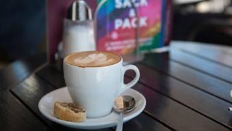 Cappuccino verschüttet weniger als normaler Kaffee.