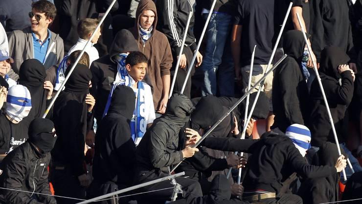 Beispiel aus dem Jahr 2011: Vermummte GC-Fans provozieren. Darauf stürmten FCZ-Fans von der Südkurve durch die neutrale Osttribüne und warfen eine Leuchtpetarde.