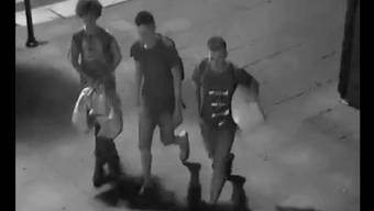 Nächstenliebe: Szymon, Woijtek und Marcin sind dabei beobachtet worden, wie sie einem Obdachlosen helfen.