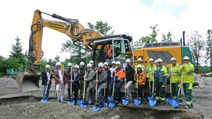 Die Regionalwerke Baden AG und die involvierten Partner freuen sich über den Spatenstich für die neue Energiezentrale in Dättwil