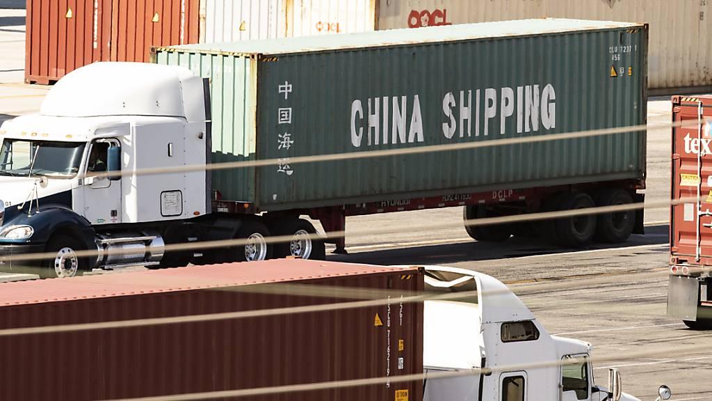 Die USA und China wollen wieder Gespräche zum Handelsstreit aufnehmen. (Foto: Etienne Laurent/EPA)