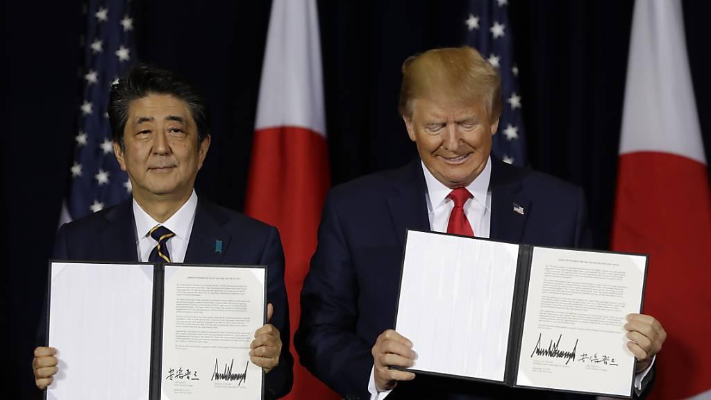 Nach monatelangen Verhandlungen haben US-Präsident Trump und der japanische Ministerpräsident Shinzo Abe Handelsverträge unterzeichnet.