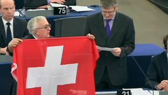«Schluss mit der euroäischen Diktatur»: Der italienische EU-Parlamentarier Mario Borghezio mit Schweizer Fahne.