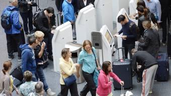 Reisende beim Self-check-in auf dem Flughafen Zürich Kloten