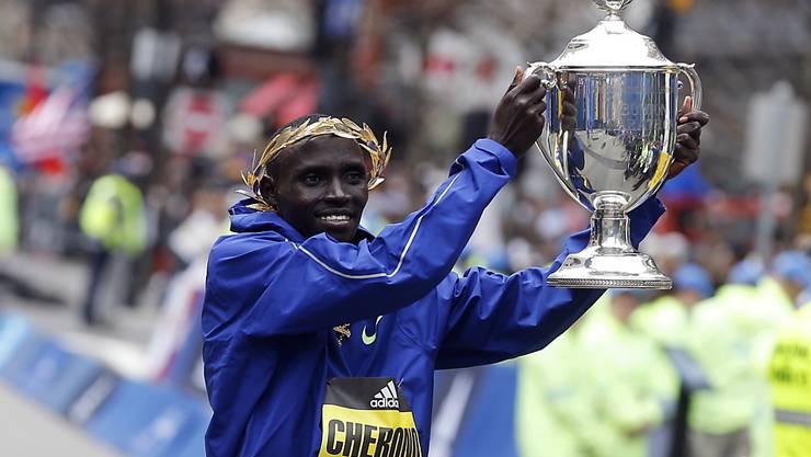 Lawrence Cherono zeigt seinen Siegerpokal vom Boston Marathon