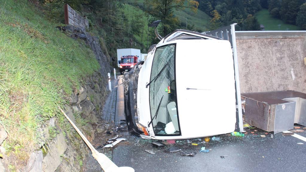 Wegen Öl auf der Strasse geriet ein Lieferwagen ins Schleudern.