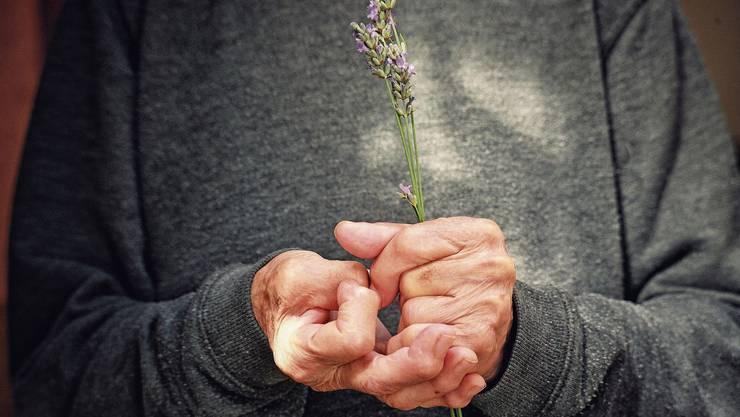 Wenn die Finger krumm bleiben: Rheumatoide Arthritis ist eine Autoimmunerkrankung, die zu irreversiblen Schäden an den Gelenken führen kann.