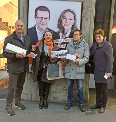 V.l.n.r.: CVP-Kantonsratskandidierende René Beck, Janine Vannaz und Josef Wiederkehr sowie CVP-Regierungsrätin Silvia Steiner in vollem Einsatz am Bahnhof Dietikon.