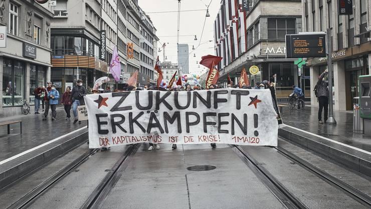 Am 1. Mai nahmen in Basel bis zu 1000 Personen an einer Kundgebung teil – trotz der Corona-Notverordnung und Versammlungsverbot.