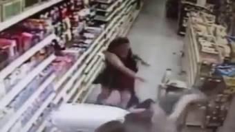 Der dilettantische Entführer schleppt das Mädchen samt der Mutter durch den Supermarkt.