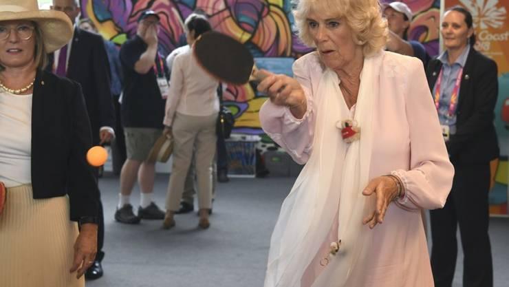 Prinz Charles' Ehefrau Camilla hat sich mächtig ins Zeug gelegt: Die Herzogin von Cornwall spielte ein Ping-Pong-Doppel mit der Ehefrau des australischen Premierministers (links).