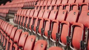 Sitzreihen im leeren Fussball Stadion Tourbillon, Heimstadion des FC Sion, in Sitten VS.