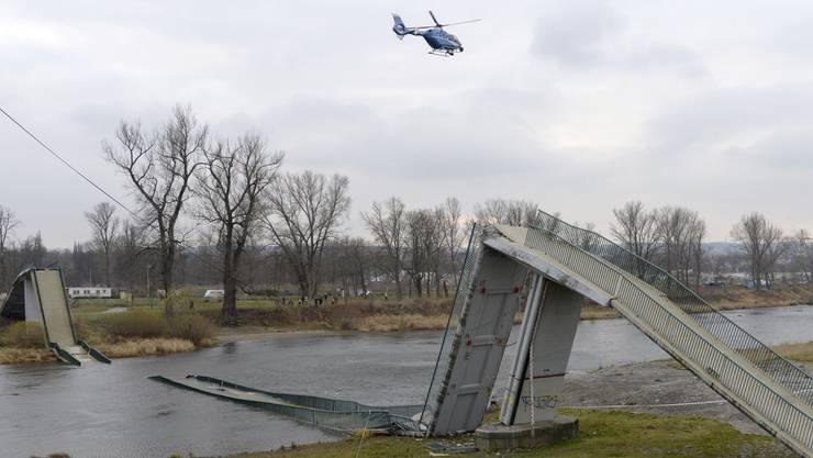 Viele Brücken stammen aus Zeiten, in denen die Lastwagen leichter und das Verkehrsaufkommen geringer waren. Nicht immer hatten die Ingenieure vorausgesehen, was dereinst an Gewicht und Zahl darüberbrausen würde. Hinzu kommt, dass das Material altert und durch die ständigen Belastungen ermüdet. Metallteile wie Schrauben und Stahlseile können zudem rosten. Die Bauwerke werden deshalb regelmässig überprüft. Sicherheit ist trotzdem nicht garantiert, wie sich am 2. Dezember 2017 in Prag zeigte. Mitten am Nachmittag stürzte die 260 Meter lange Troja-Fussgängerbrücke in die Moldau. Sie war im Jahr 1984 erbaut worden. Die Stadt gab nach dem Unglück an, seit 2014 umgerechnet 50 Millionen Franken in den Unterhalt ihrer Brücken gesteckt zu haben.