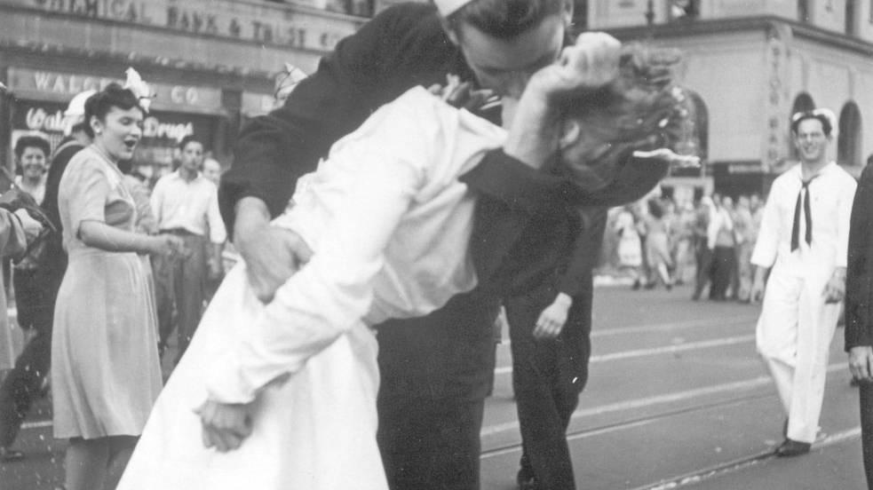 Siegesfeier in New York am 14. August 1945 - Mendonsa küsste eine ihm unbekannte Krankenschwester.