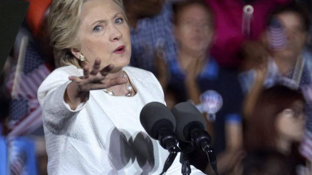 Auftritt im umkämpften Staat Florida: Hillary Clinton greift Trump erneut wegen dessen Äusserungen über Frauen an.