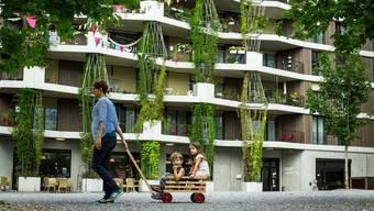 Die Stadt Zürich will zur 2000-Watt-Gesellschaft werden. Bereits voraus ist ihr das Hunziker-Areal an der Hagenholzstrasse, eine 2000-Watt-Siedlung.