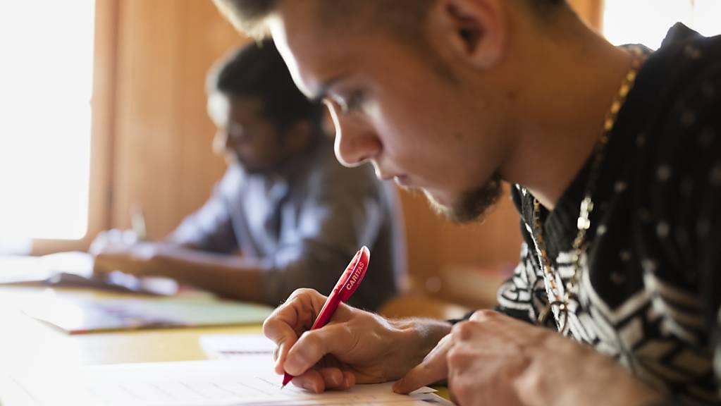 Durch Investitionen in einen frühzeitigen Bildungszugang für junge Geflüchtete können gemäss einer Studie jährlich Dutzende Millionen Franken eingespart werden. (Archivbild)