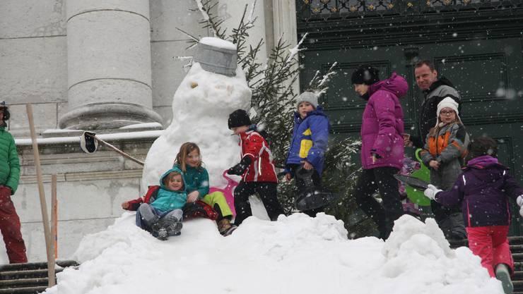 Anstehen beim Schneemann für eine Fahrt.