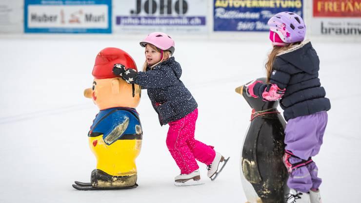 Kindergärtler geniessen die letzten Runden auf der Eisbahn Wohlen