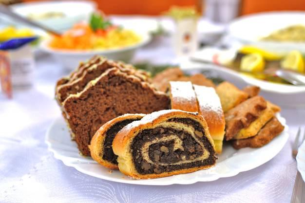 Was ist ein «Babka»? Der Babka ist eine Art Gugelhopf oder briocheähnlicher Hefezopf, welcher traditionell am Ostermorgen zum Frühstück serviert wird. Oft wird er mit Schokolade oder Vanille überzogen und mit Schokolade oder Rosinen gefüllt. Er wird vor allem in den osteuropäischen Staaten wie Polen, Bulgarien oder Mazedonien verzehrt.
