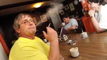 Langes Warten: Vielleicht darf sich dieser Baselbieter Raucher auch nach dem 1. April 2010 in der Beiz eine Zigarette anzünden.