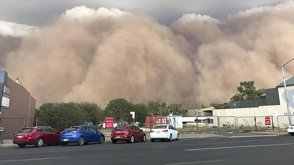Ein riesiger Sandsturm rollt auf die Stadt Dubbo mitten im Dürregebiet Australiens zu. (Foto: AP)